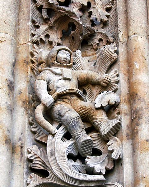 https://upload.wikimedia.org/wikipedia/commons/thumb/c/c3/Sculpture_of_astronaut_added_to_New_Cathedral%2C_Salamanca%2C_Spain%2C_during_renovations.JPG/479px-Sculpture_of_astronaut_added_to_New_Cathedral%2C_Salamanca%2C_Spain%2C_during_renovations.JPG